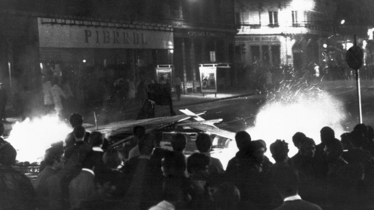 Manifestants devant une barricade à Lyon, près du pont La Fayette, dans la nuit du 27 au 28 mai 1968 © AFP PHOTO