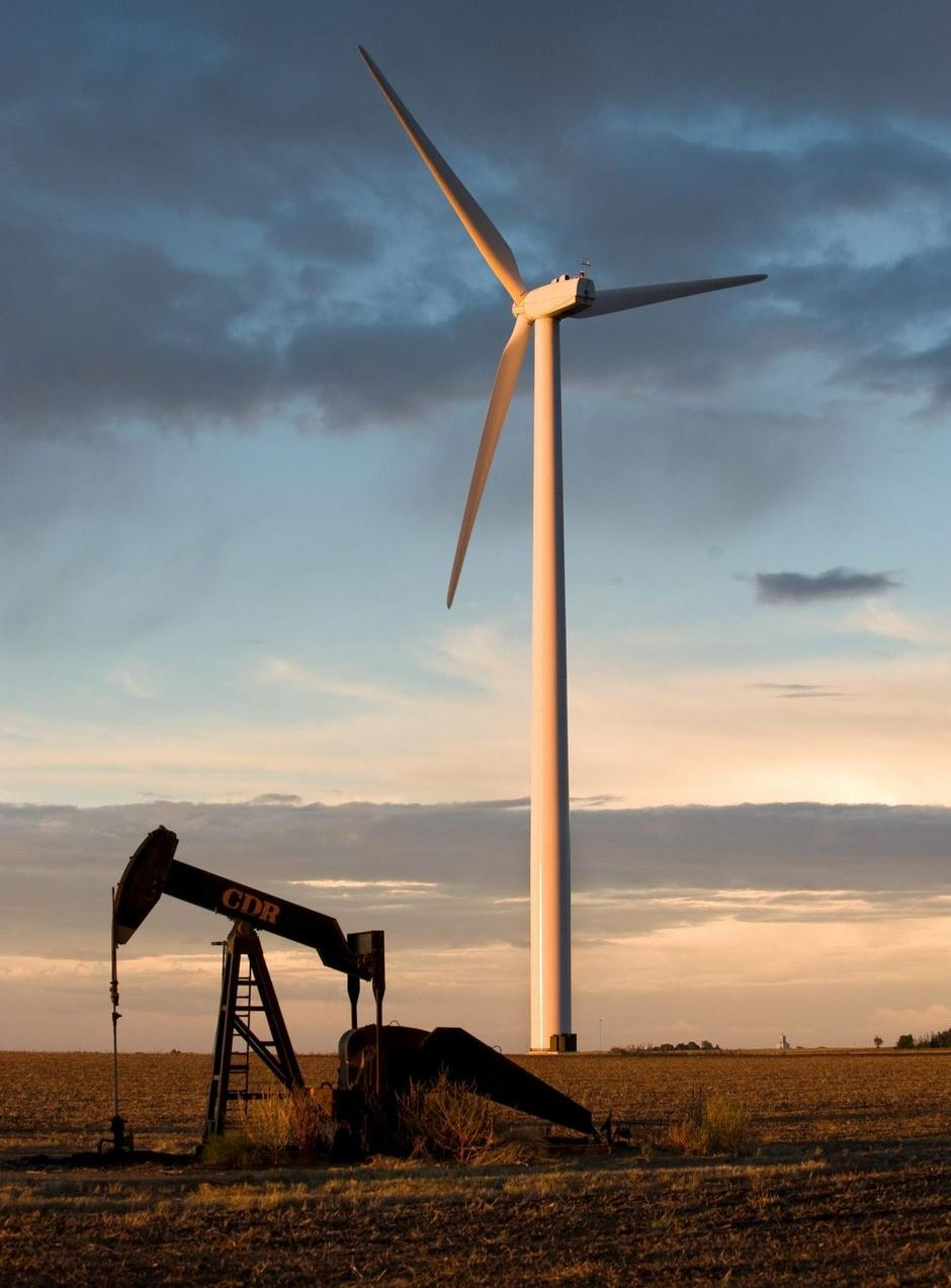 Une éolienne installée dans un champ d'hydrocarbures au Kansas, USA.. Copyright Stefan Falke