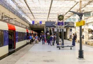Photo train a l arret dans la gare de l'aéroport Paris CDG