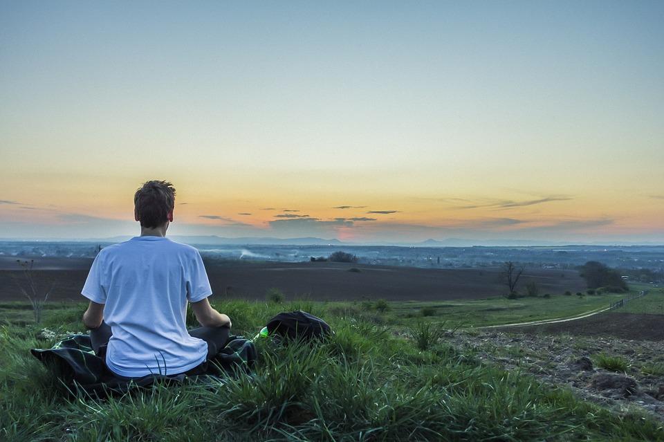 Image d'une personne en méditation