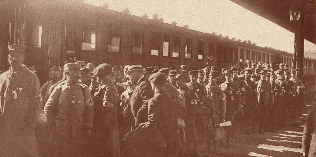 Arrivée d'un train de soldats rapatriés sanitaires en gare des Brotteaux-juillet 1917 / Archives municipales de Lyon
