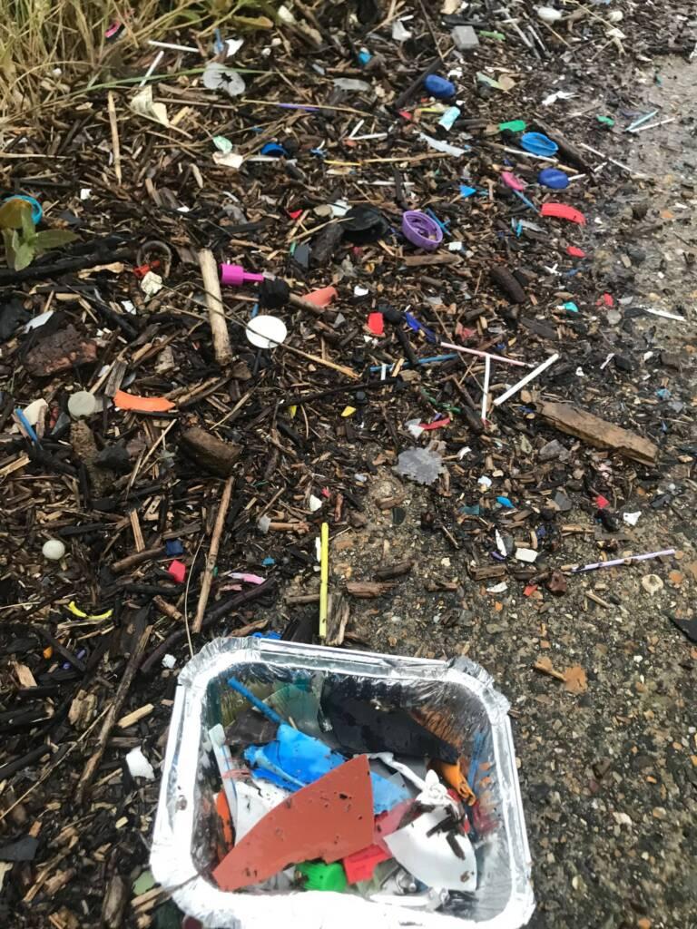Collecte de macro-dechets plastiques dans la laisse de mer à l'embouchure de la Tamise (UK) en aval de Londres / ©Boris Eyheraguibel