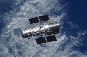 Photographie du télescope spatial Hubble surplombant la Terre
