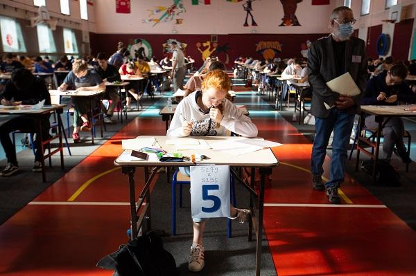 Salle de calsse avec élèves en exame