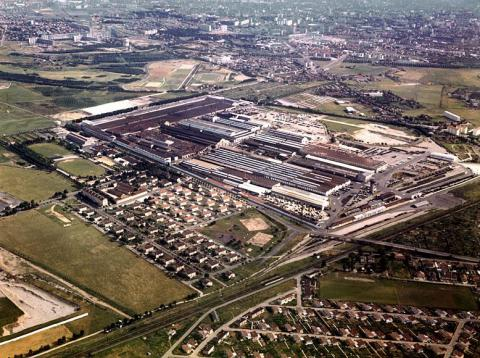 Vue aérienne de l'usine Renault Véhicules Industriels à Vénissieux et de la cité Berliet à Saint-Priest, 1980-1990 Fondation de l'automobile Marius Berliet - Lyon (1980-1990)