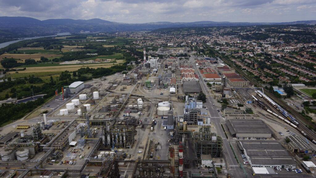 Vue aérienne de la plateforme chimique de Roussillon sur laquelle SEQENS lance la construction d'une nouvelle unité de production de paracétamol