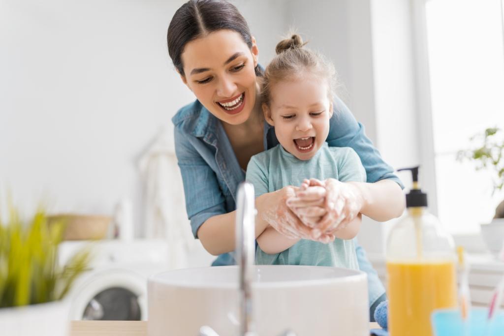 Une femme apprend à sa fille à bien se laver les mains