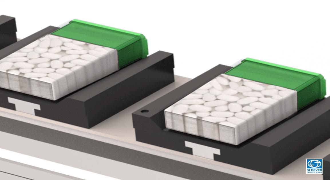 Des produits sont posés à l'horizontal sur le convoyeur de la ligne de production