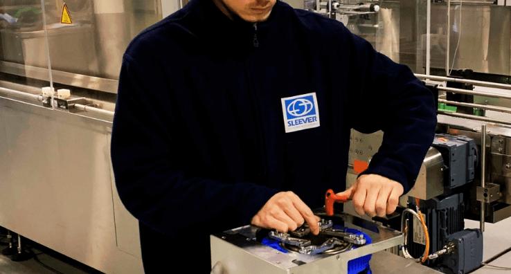 Un ingénieur technique du service de Maintenance réalise une opération de prévention sur une pièce d'équipement