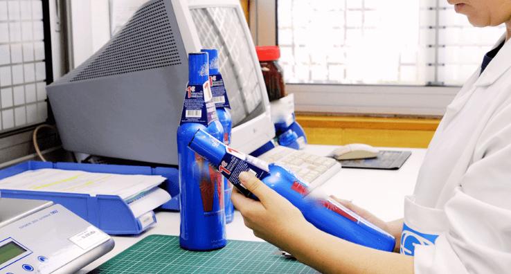 Un Ingénieur des Encres analyse et vérifié la conformité des teintes de couleurs du décor de bouteille