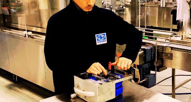 Un Expert technicien réalise une maintenance préventive sur une pièce d'équipement spécifique