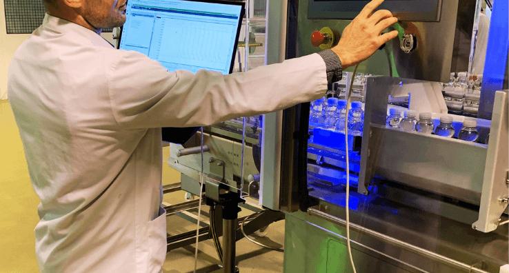 Un ingénieur expert réalise un Audit de Maintenance sur une Machine d'application de Sleeve