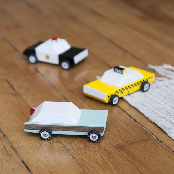 Petites voitures en bois