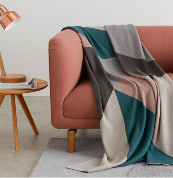 Holden, plaid tricoté en coton à motifs géométriques 130 x 170 cm, multicolore | MADE.com