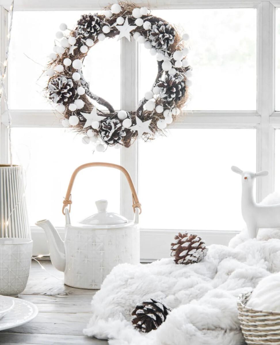 Couronne de Noël décor étoiles et boules blanches